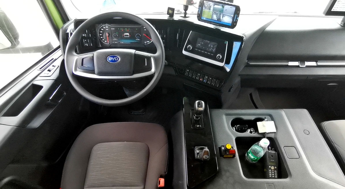 Электрический самосвал BYD кабина