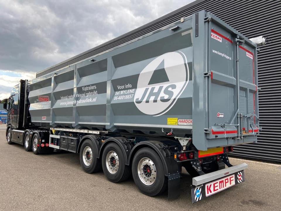 Необычно большая кабина для тягача Scania 4
