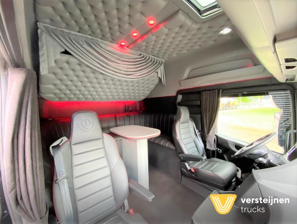 Необычно большая кабина для тягача Scania 6