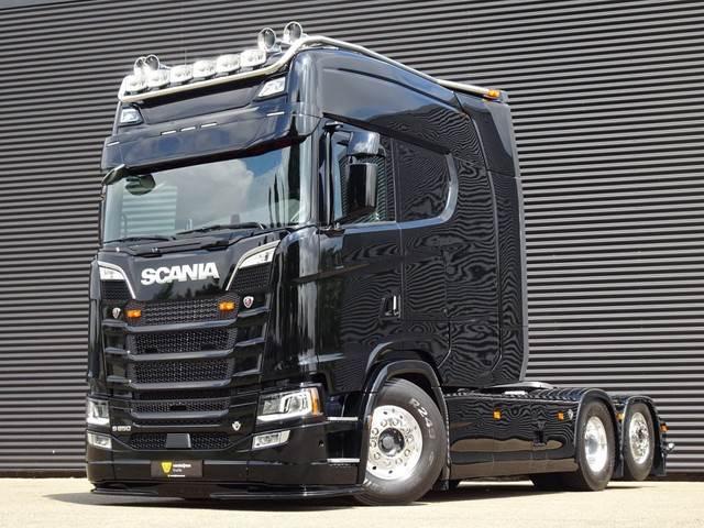 Необычно большая кабина для тягача Scania 5