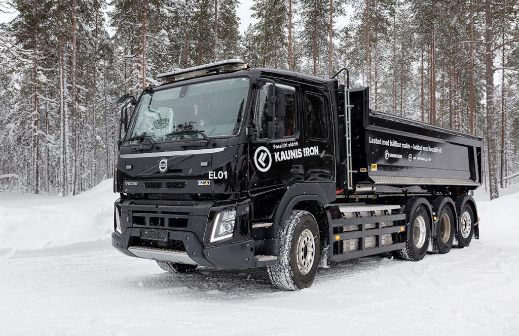На севере Швеции начали тестировать самосвал Volvo