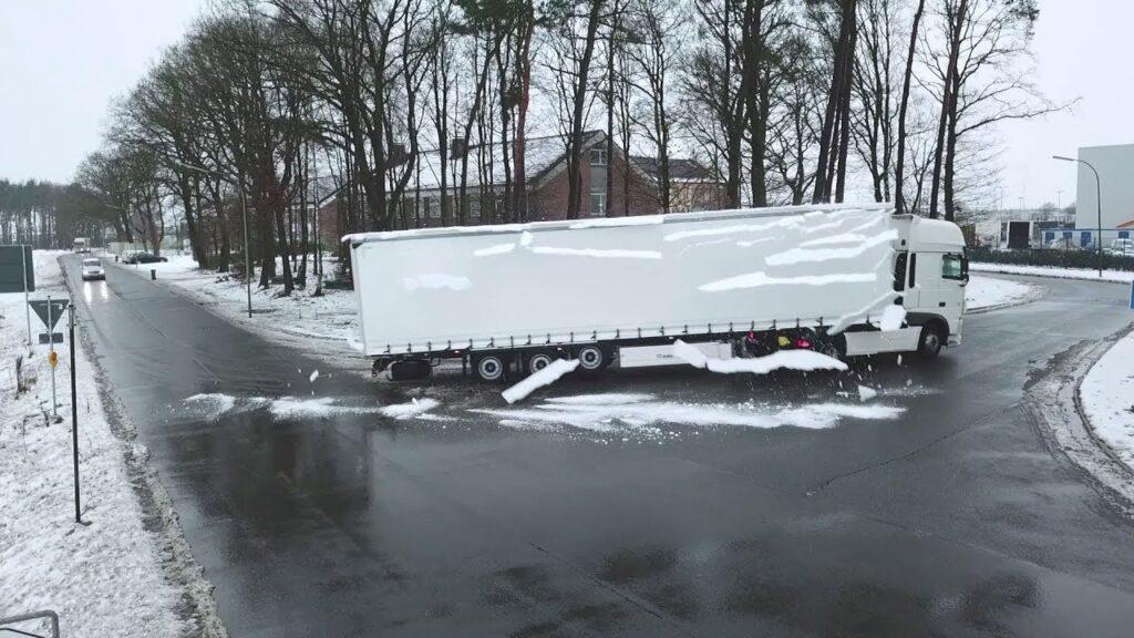 Лед на крышах грузовиков 5