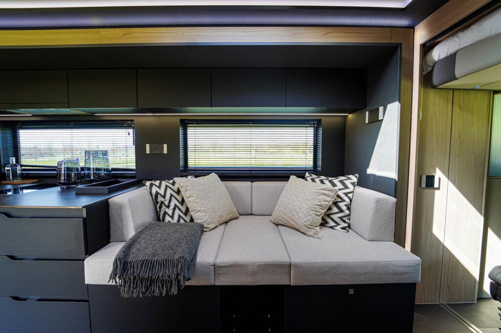 Комфортабельный дом на колесах Scania внутри 4