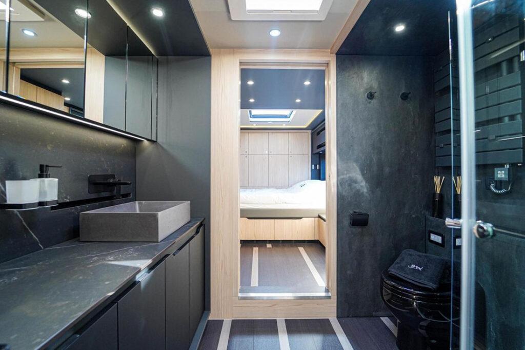 Комфортабельный дом на колесах Scania внутри
