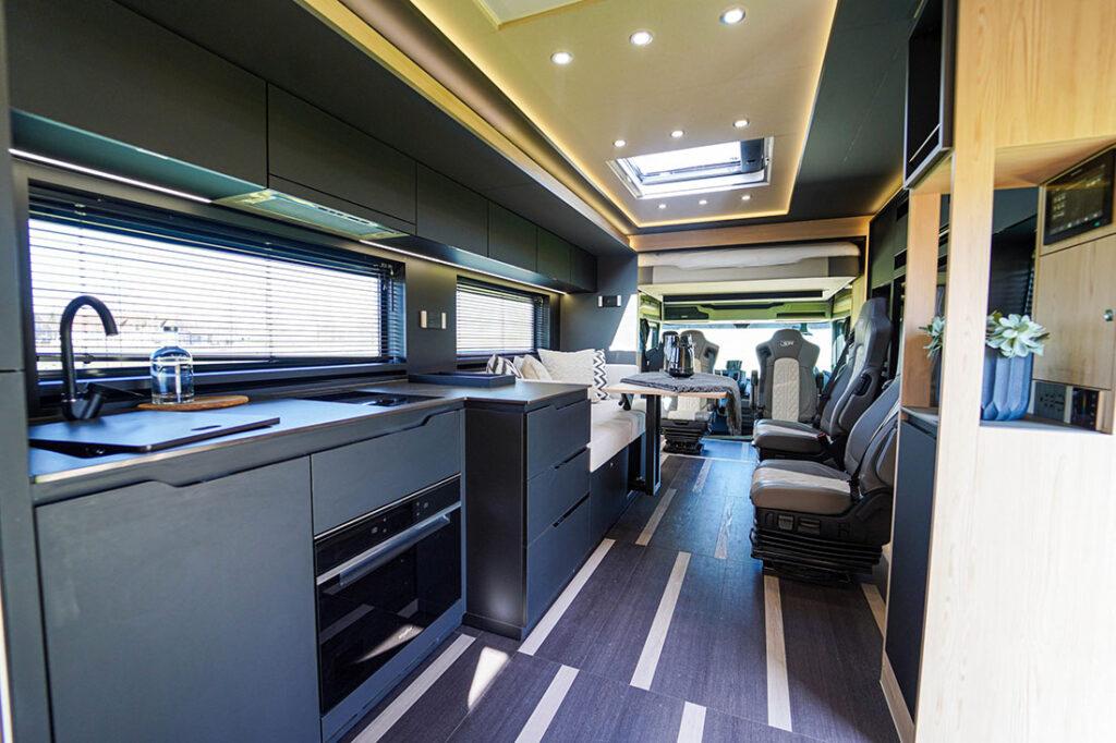 Комфортабельный дом на колесах Scania внутри 2