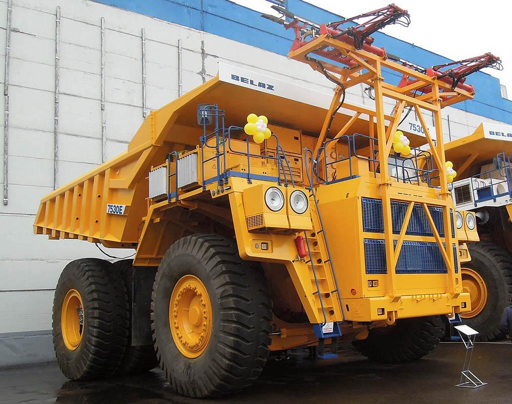 новый 220-тонный карьерный самосвал БЕЛАЗ-7530Е